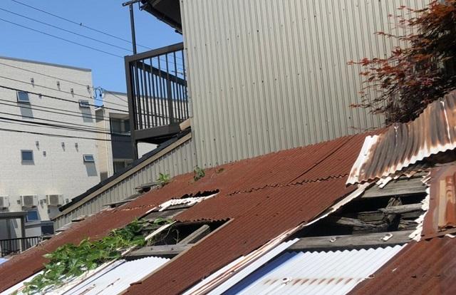 壊れたトタン屋根